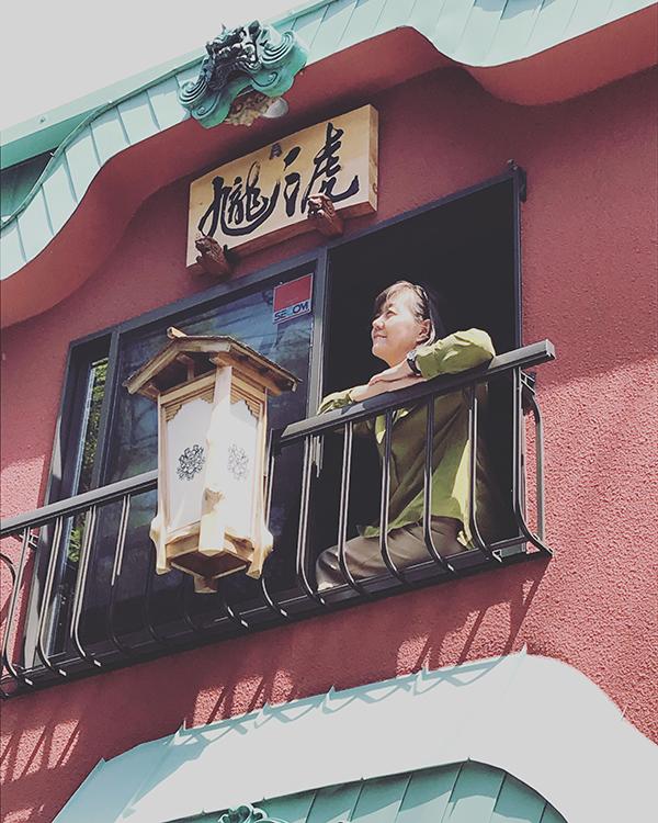 九龍三虎堂の二階で休憩中の青胡蝶氏