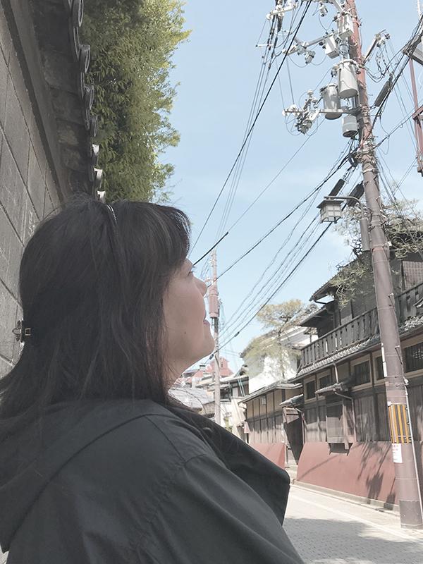 祇園町の空を見上げる青胡蝶氏